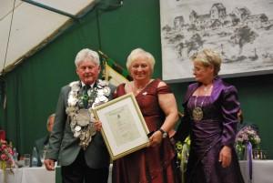 Carmen Weigl zusammen mit König Nikolaus I. und Königin Christel I.