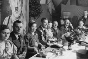 Thron 1939 (v.l.n.r.: Unbekannt, Heinrich Eratz, Königin Änne Eratz, König Friedhelm Nohlen, Frau Neuking, Wilhelm Hoffmeister, Fritz Nohlen)